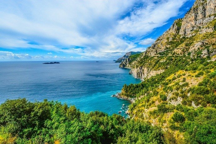 The coast in Italy with turquoise water and rolling hills
